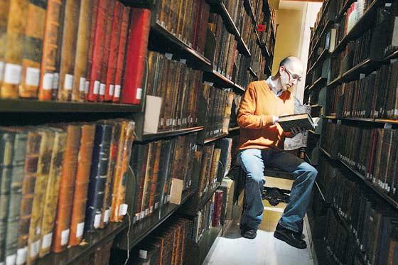 Camilo Páez Jaramillo, en el archivo de libros antiguos de la Biblioteca Nacional. Un mundo valioso y misterioso al que pocos tienen acceso. Foto: Daniel Gómez
