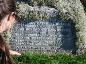Anne limpia la tumba de la nieta de Russell.