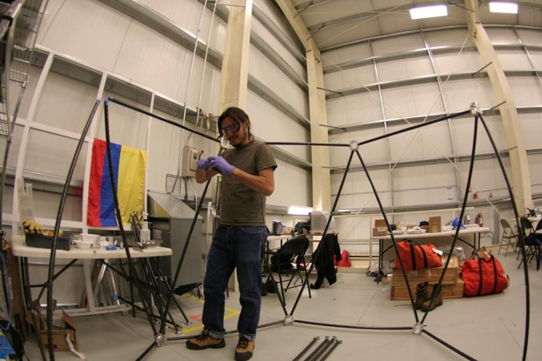 Soler trabajando en su proyecto, en uno de los hangares de la Antártida. Foto: Juan Diego Soler