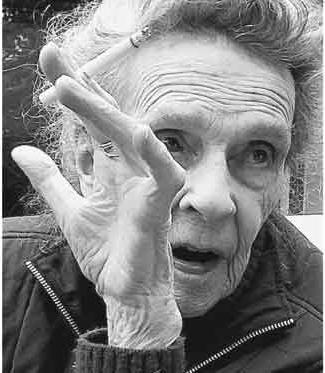 Hace menos de una semana la artista Leonora Carrington, protagonista del libro de Elena Poniatowska, cumplió 94 años. Esta foto fue tomada durante la celebración de su cumpleaños. Foto: Pedro Torres