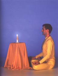 Postura de yoga para tratak, también puede hacerse en una silla (imagen: Google)