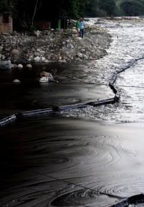 El río Pamplonita luego del derrame de crudo.