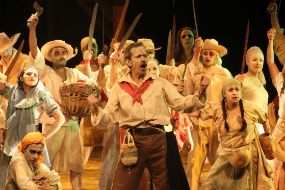 Al centro Carlos Gómez, quien interpreta a José Antonio Galán en la obra.