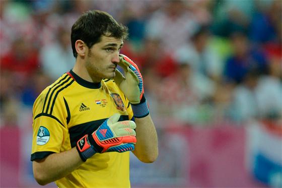 Iker Casillas, ídolo y capitán de la selección de España, es además el primer espectador de los millones que ven jugar a España / AFP