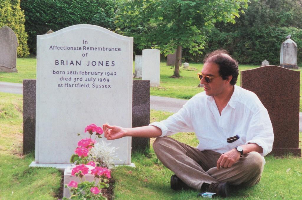 Sandro Romero Rey junto a la tumba de Brian Jones en Cheltenham, Inglaterra en 1996. (Foto de María Consuelo Garrido)
