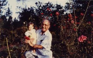 Héctor Abad Gómez con su nieta, Daniela Abad, dos meses antes de su muerte