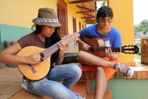 A la entrada de la Casa de la Cultura de Sevilla, dos jóvenes practican bandola.