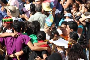 Carnaval de abrazos en la Plaza de la Concordia.