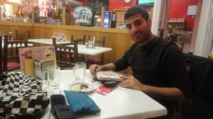 Siwar ojea un libro en un bar de Madrid.