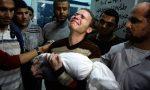 Jihad-Misharawi-con-el-cuerpo-de-su-hijo-muerto-Omar-de-11-meses-después-de-un-ataque-de-Israel-300x180.jpg