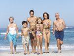 8483146-familia-de-la-generacion-de-tres-en-vacaciones-caminando-a-lo-largo-de-la-playa.jpg