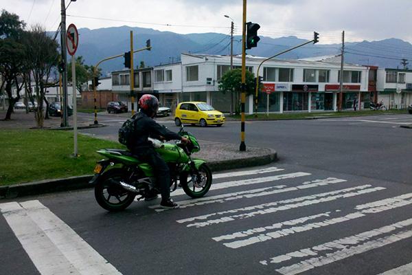 Motociclista invadiendo la cebra