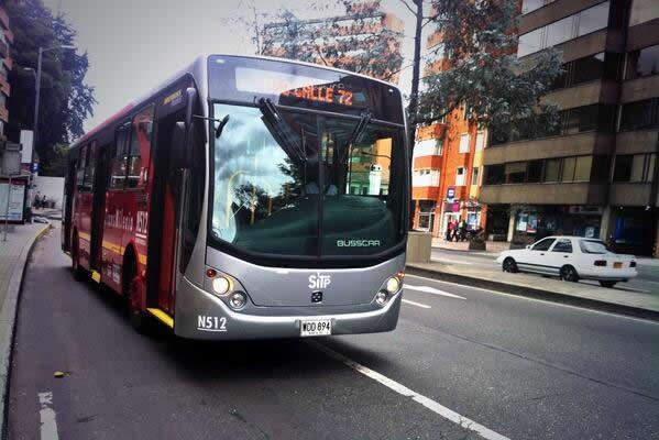 Bus padrón de Transmilenio recorriendo la cra 7