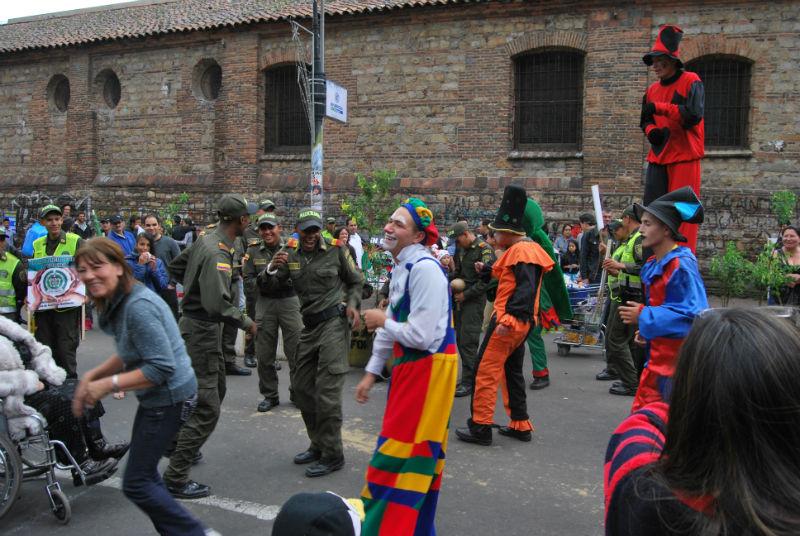 Policía bailando