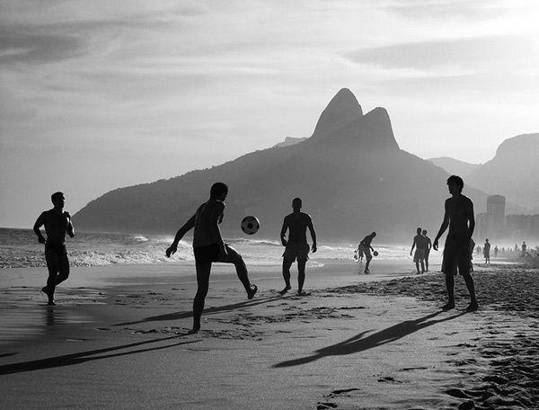 Garotos jugando fútbol en Rio de Janeiro