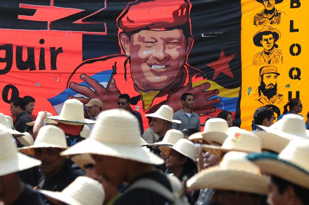 Un grupo de marchantes caminan en favor del presidente Hugo Chávez en Tegucigalpa. Artistas venezolanos aseguran que el gobierno prestó más atención a las artes populares durante su gestión y a través de ellas amplió su gestión política. / AFP