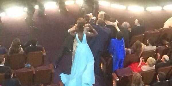 liza-minnelli-struggles-but-ultimately-fails-to-be-part-of-the-celebrity-oscar-selfie