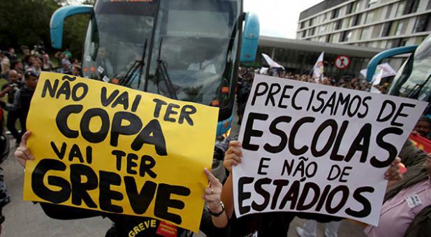 Manifestantes impiden el paso del Bus de la 'Canarinha'