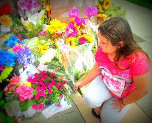 niña dejándole una flor a la casa de Robin Williams