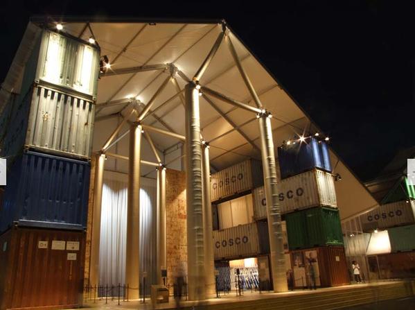 El museo nómade (2005) fue instalado inicialmente en uno de los muelles de Manhattan y luego ha viajado por el mundo. Está hecho con contenedores de carga y tubos de papel.
