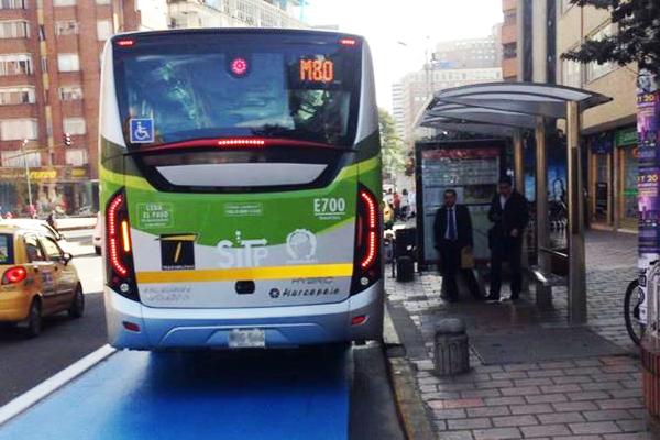 Bus padrón dual de Transmilenio por la carrera Séptima