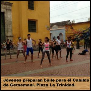 Jóvenes preparan baile para el Cabildo de Getsemaní. Plaza La Trinidad. Fotografía Nelson Jiménez