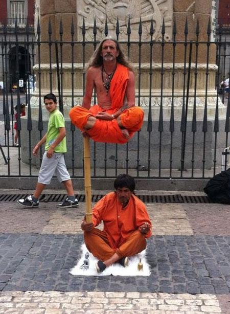 Estatua humana levitando. Foto en el Blog Strambotic de Lainformación.com
