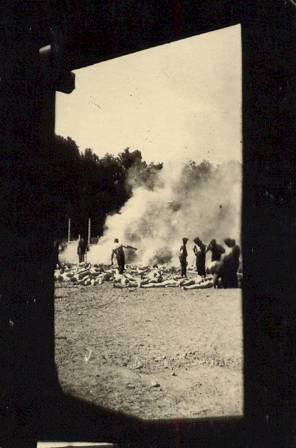 """Una de las cuatro fotografías que hacen parte de la serie conocida como """"Fotografías del Sonderkommando"""", tomadas a escondidas en Auschwitz-Birkenau, en la Polonia ocupada por los nazis, alrededor de 1944. Muestran una pila de cuerpos pronta a ser quemada al aire libre, cosa que se hacía cuando las crematorias estaban llenas."""
