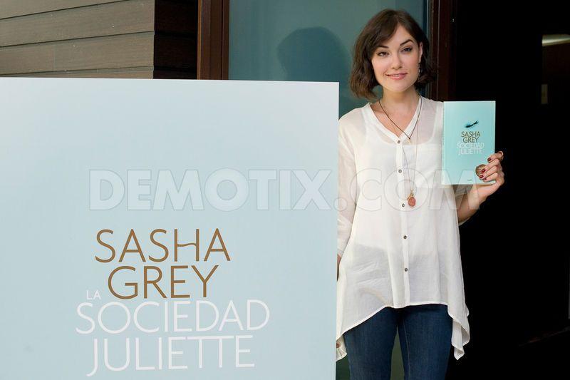 Sasha Grey en la presentación de su libro La sociedad de Juliette en Madrid, España. Tomado de: http://www.demotix.com/news/2196370/sasha-grey-presents-la-sociedad-de-juliette-madrid#media-2196359