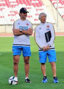 Néstor Lorenzo (izq.) acompaña a José Pékerman durante una sesión de entrenamientos en el Medio Oriente.