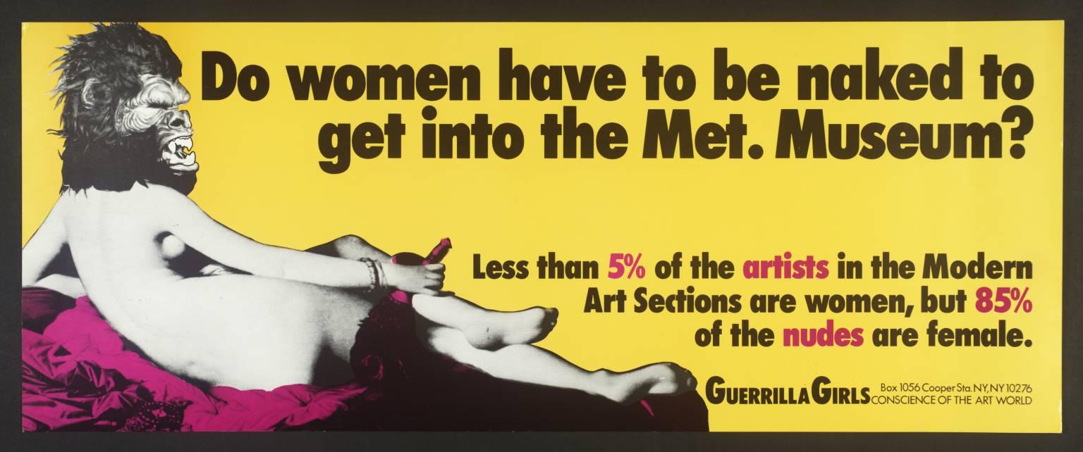 El texto dice: ¿Tienen que desnudarse las mujeres para entrar en el Metropolitan Museum? Menos del 5% de las artistas son mujeres, pero un 85% de los desnudos son femeninos.