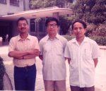 Los-traductores-de-Cien-años-de-soledad-al-chino-primera-edición-Huang-Jinyan-centro-y-Chen-Quan-con-Eduardo-Márceles-Shanghai-1987.jpg