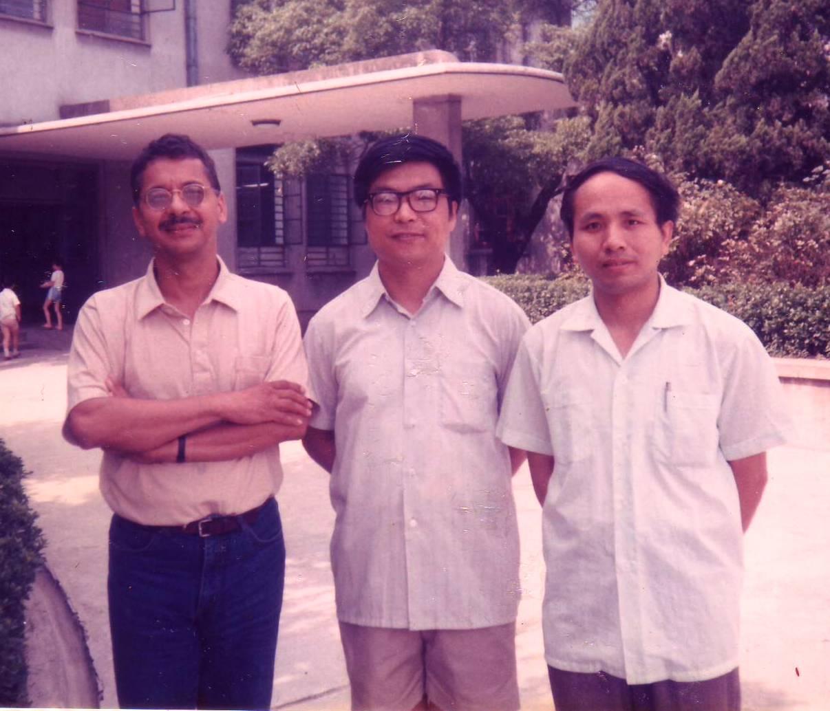 Los traductores de Cien años de soledad al chino (primera  edición), Huang Jinyan (centro)  y Chen Quan con Eduardo Márceles,  Shanghai 1987