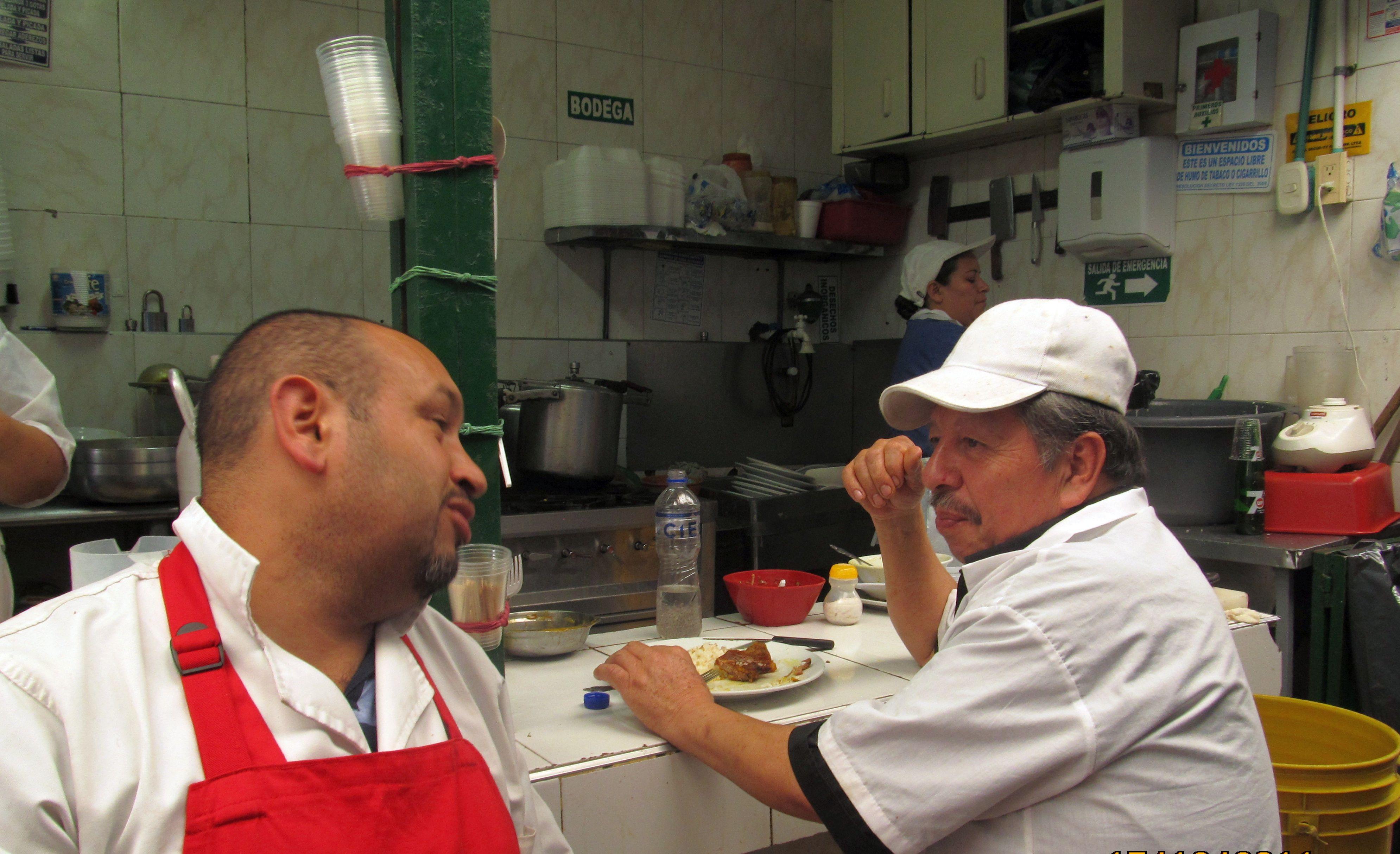 Saúl, a la derecha, aprendió de su padre la habilidad para cocinar los típicos platos que ofrece hace 44 años en el restaurante