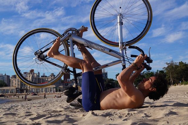 En la playa disfrutando una tarde soleada con la bici