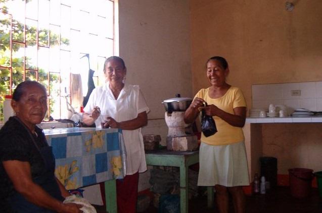 Las tres cocineras Cubeo en su cocina.