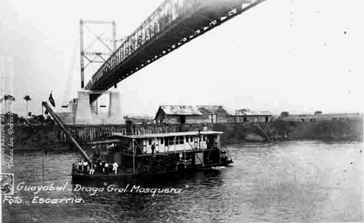 Draga General Mosquera, pasando bajo el puente Guayabal, sobre el río Cauca. 1900jpg