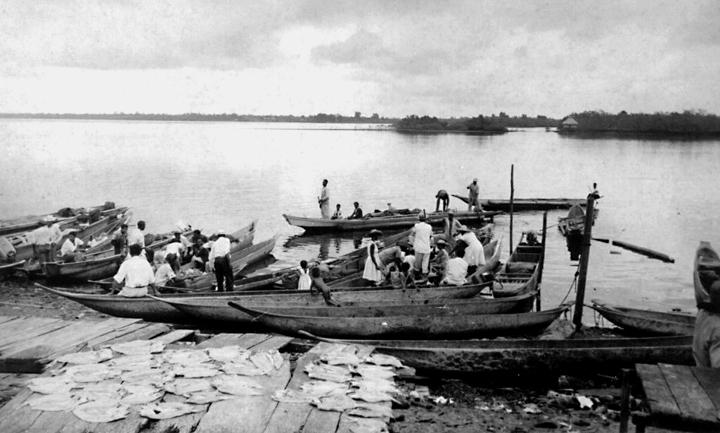 Productores que traen mercancías y víveres a puertos, sobre el Atrato. Vienen en canoas