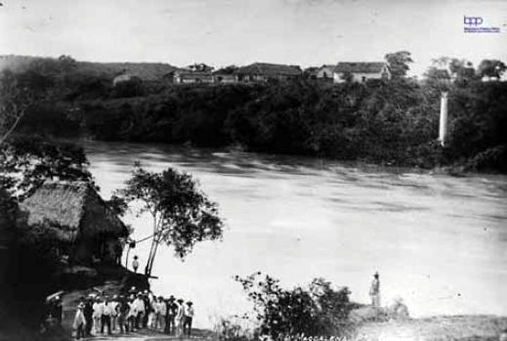 Río Magdalena, puerto de Girardot. Fotografía de Julio Racines, ca. 1920