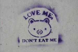 """""""Loveme"""" por Nicolas Dessaux – Fotografia própria. Licenciado sob CC BY-SA 3.0, via Wikimedia Commons – https://commons.wikimedia.org/wiki/File:Loveme.JPG#/media/File:Loveme.JPG"""