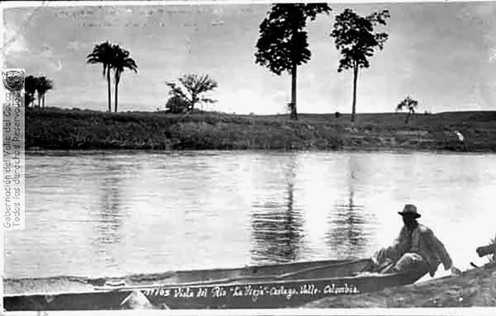 Panorámica del río que muestra el sistema de transporte utilizado por los campesinos para diversas actividades- la canoa1900