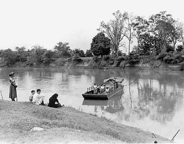 - Pasajeros en el Paso de La Torre a la esperando del arribo de la barca cautiva para cruzar el río Cauca Alberto Lenis Burckhardt 1930