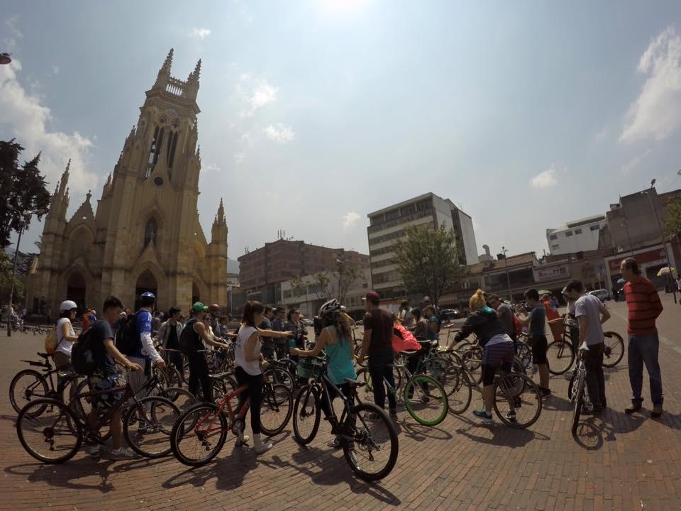 Fotografía del recorrido con el libro Chacinero en Bogotá, novela de Andrés Ospina.