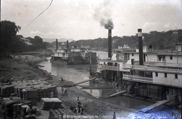 [Transporte de mercancía - Río Magdalena]. Proceso de carga y descarga de barcos a vapor, a orillas del Río Magdalena.  Hermann Friedrich Birkigt, 1940aprox