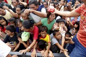 Ayuda distribuida en Iligan, Filipinias, luego del tifón Washi, 2011, foto del Daily Mail