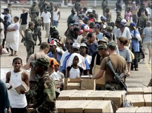Ayuda distribuida en New Orleans, Estados Unidos, luego del huracán Katrina, 2005, sin fuente