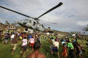Ayuda distribuida en Filipinas, luego de la tormenta tropical Ketsana en 2009, foto de las Fuerzas Armadas Filipinas