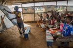 Benefice-Tuyisenge-de-24-años-imparte-clases-de-inglés-para-huérfanos-refugiados-en-una-carpa-comunitaria-en-el-asentamiento-de-refugiados-de-Nueva-Buyumbura.1.jpg