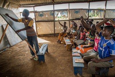 Benefice Tuyisenge, de 24 años, imparte clases de inglés para huérfanos refugiados en una carpa comunitaria en el asentamiento de refugiados de Nueva Buyumbura.