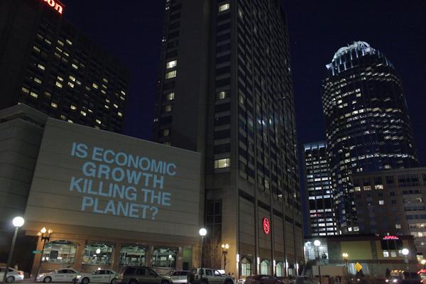 ¿El crecimiento económico está matando el planeta? Adbusters en la Conferencia de la American Economic Association, Boston, 2015. Foto de Kyle Depew.